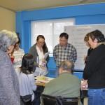 Activité de médiation avec des résidents de la classe de francisation de la Corporation des Habitations Jeanne-Mance dans le cadre de la réalisation de l'œuvre L'étreinte de Luce Pelletier. Crédit photo : Ville de Montréal