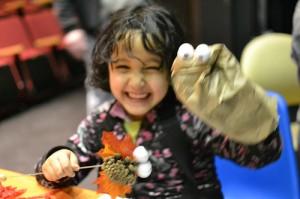 Création et joie de vivre étaient au rendez-vous de l'atelier de marionnettes, le 7 mars à la Maison de la culture Côte-des-Neiges. Crédit Photo : Mars-Alain Robitaille et Fondation Dr Julien