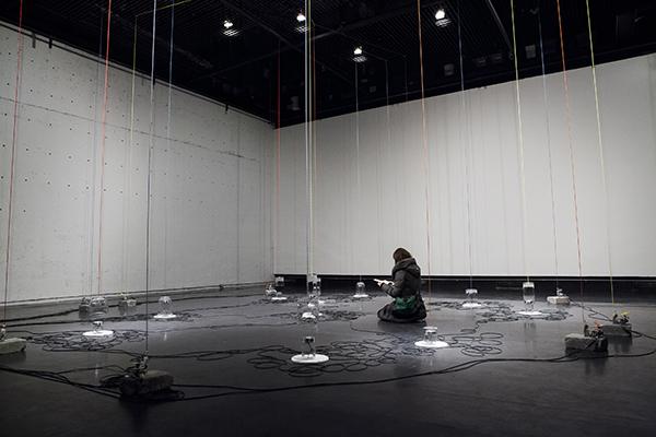Les temps individuels(vue partielle), 2012-2013, Installation cinétique et sonore, dimensions variables / Photo : Marion Gotti